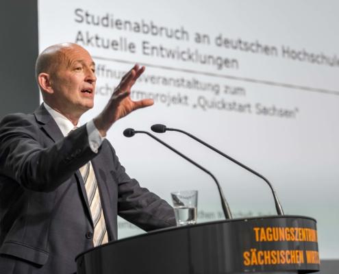 Dr. Heublein bei der Vorstellung seiner Studie zum Thema Studienabbruch